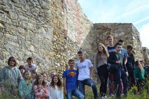 Grupa młodych ludzi - u czestników Koła Historyczno-Regionalnego