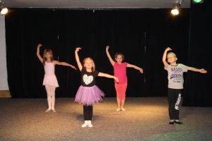 Dzieci na zajęciach z tańca z elementami teatru